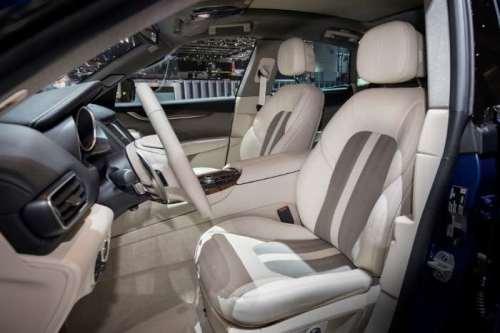 фото салон кроссовера Maserati